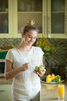Portret van een aantrekkelijke vrouw in de keuken