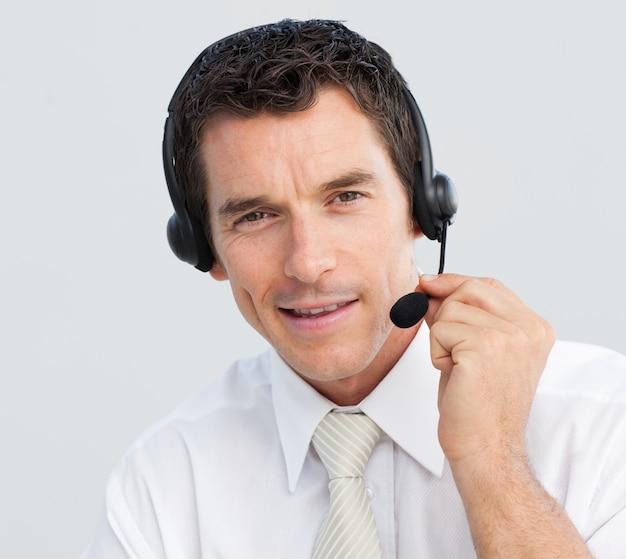 Portret van een aantrekkelijke zakenman die in een call centre werkt