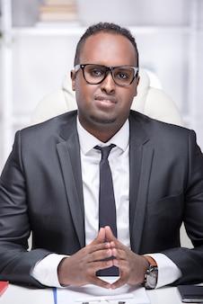 Portret van een afrikaanse amerikaanse zakenman in zijn kantoor.