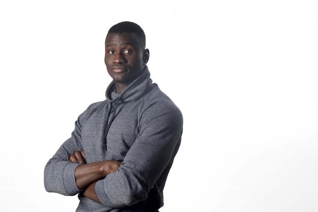 Portret van een afrikaanse jonge man met gekruiste armen