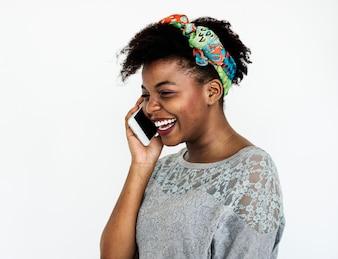 Portret van een Afrikaanse vrouw aan de telefoon