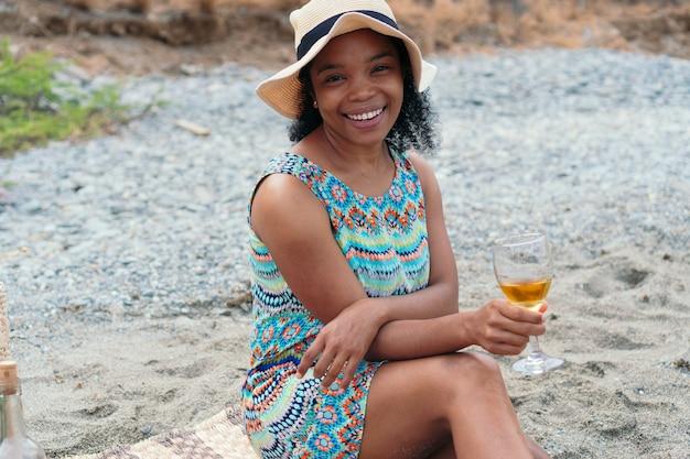 Portret van een afrikaanse vrouw die een wijnglas vasthoudt