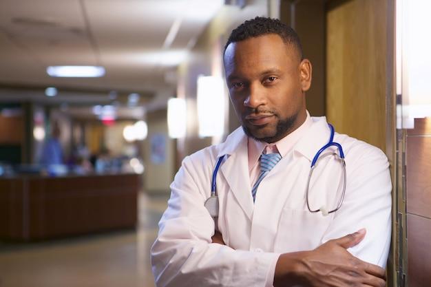 Portret van een afro-amerikaanse arts in een ziekenhuis