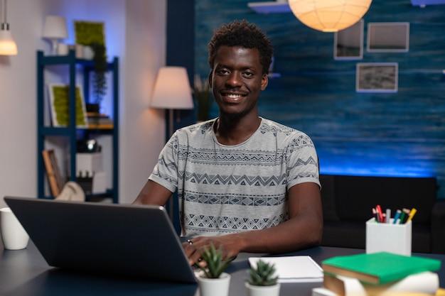 Portret van een afro-amerikaanse man die in de camera kijkt