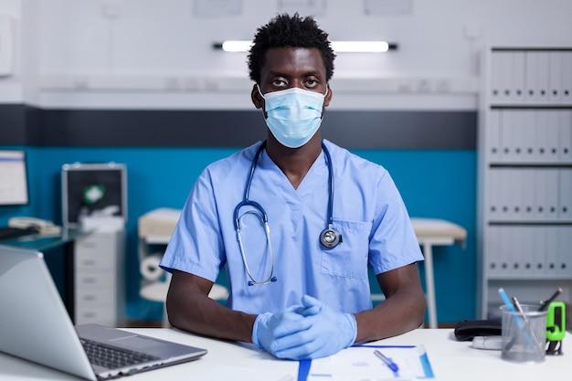 Portret van een afro-amerikaanse man met een beroep als verpleegster