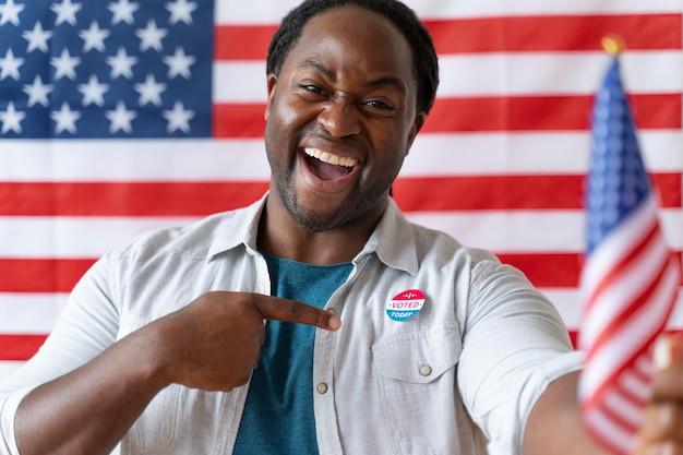 Portret van een afro-amerikaanse man op de dag van de kiezersregistratie