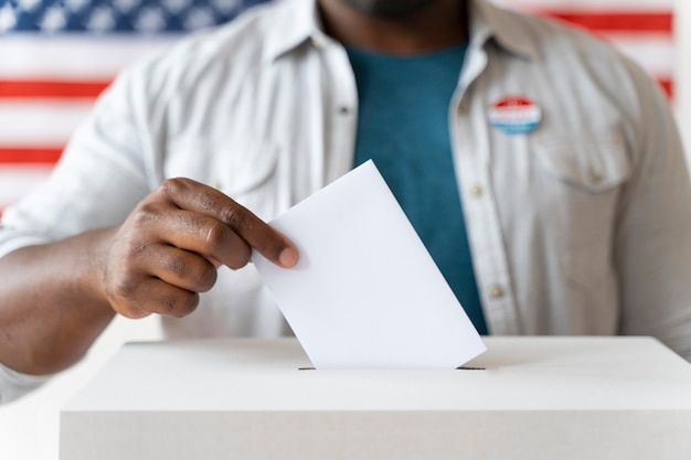 Portret van een afro-amerikaanse man op de dag van de kiezersregistratie Gratis Foto