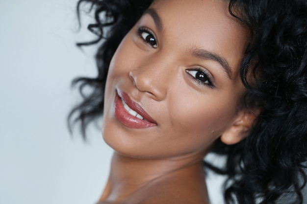 Portret van een afro-amerikaanse mooie jonge vrouw