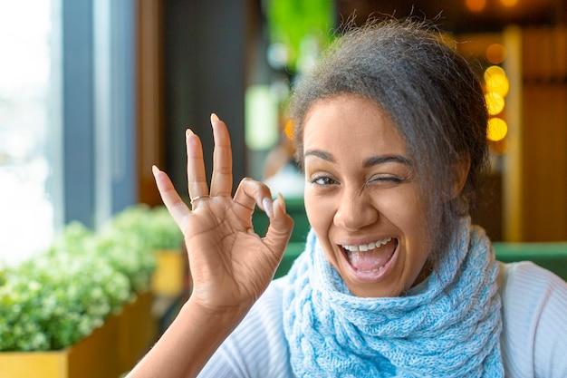 Portret van een afro-amerikaanse vrouw met een videogesprek. ze toonde een goed gebaar. close-up foto.
