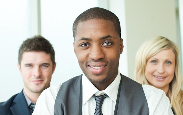 Portret van een afro-amerikaanse zakenman met zijn collega's