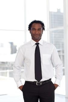 Portret van een afromanager die de camera bekijkt