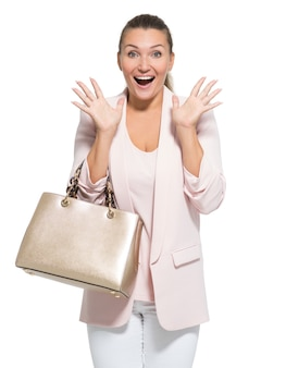 Portret van een afvragend gelukkige vrouw met handtas over wit