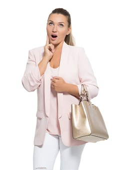 Portret van een afvragend gelukkige vrouw met handtas.