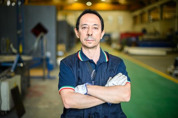 Portret van een arbeider in een fabriek