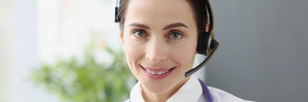 Portret van een arts-operator in een koptelefoon voor het concept van medische hulp op afstand op afstand