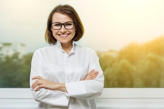Portret van een artsenvrouw met een glimlach