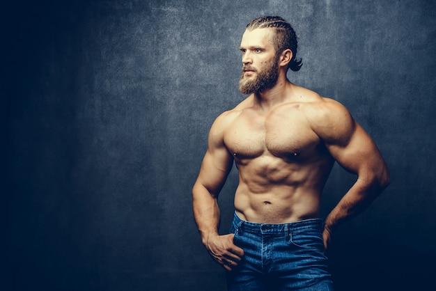 Portret van een athleltic gespierde bebaarde man poseren
