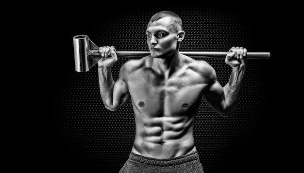 Portret van een atleet met een voorhamer op zijn schouders. het concept van sport en een gezonde levensstijl. gemengde media