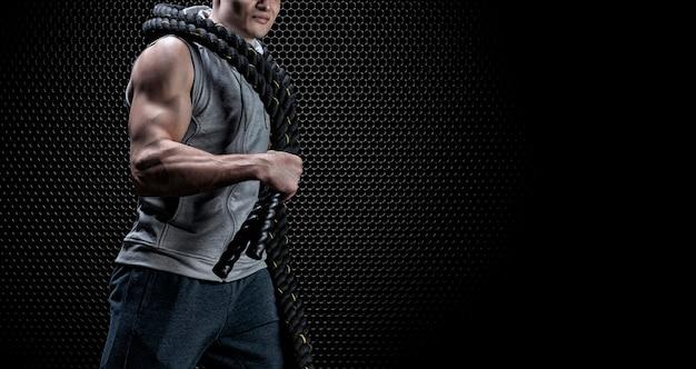 Portret van een atleet met touwen op zijn schouders. het concept van sport en een gezonde levensstijl. gemengde media