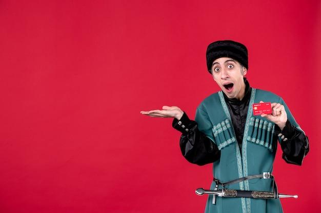 Portret van een azeri-man in traditionele klederdracht met creditcard op rode geldlentenovruz