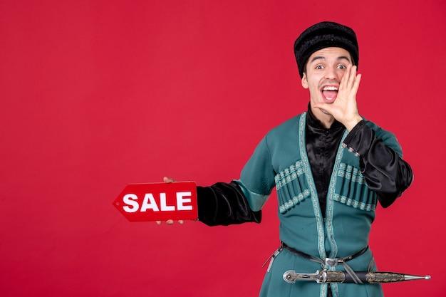 Portret van een azeri-man in traditionele klederdracht met verkoopnaambord rednovruz winkelend danser
