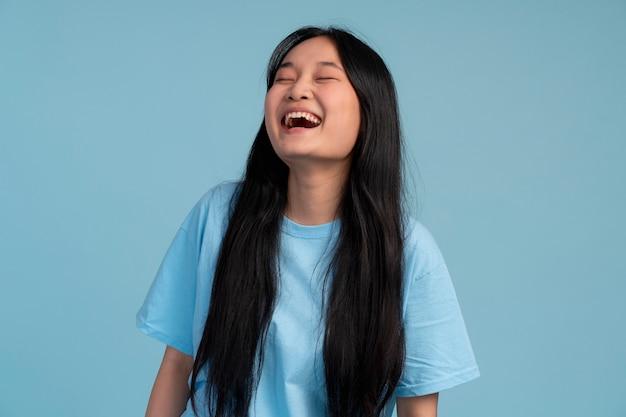 Portret van een aziatisch tienermeisje dat lacht