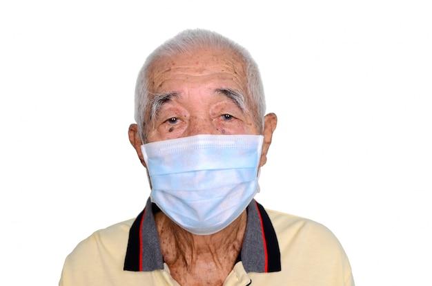 Portret van een aziatische hogere mens, 80 jaar oud die medisch masker draagt. een concept van het gevaar van coronavirus voor ouderen.