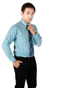 Portret van een aziatische man die een groen shirt draagt. een zakenman heeft een goede persoonlijkheid en houding die geschikt is voor leiderschap op een witte achtergrond in de studio.