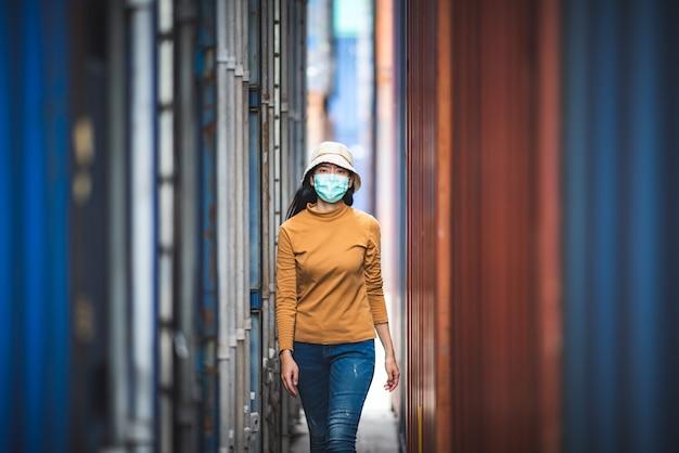 Portret van een aziatische vrouw die een chirurgisch masker draagt om de infectie door het coronavirus covid-19-virus te voorkomen.