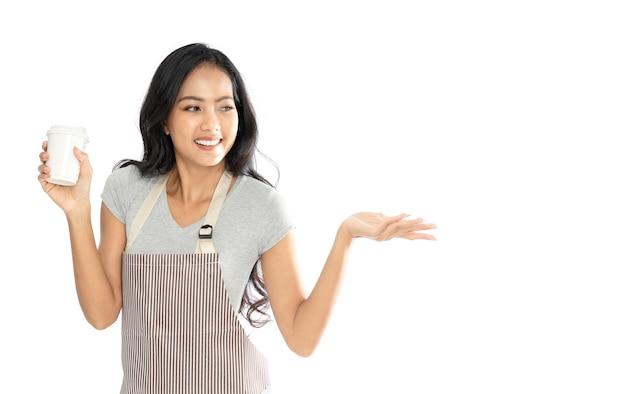 Portret van een aziatische vrouw die een schort draagt die een koffiekop houdt