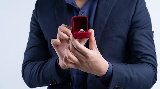 Portret van een aziatische zakenman die een huwelijksaanzoek houdt