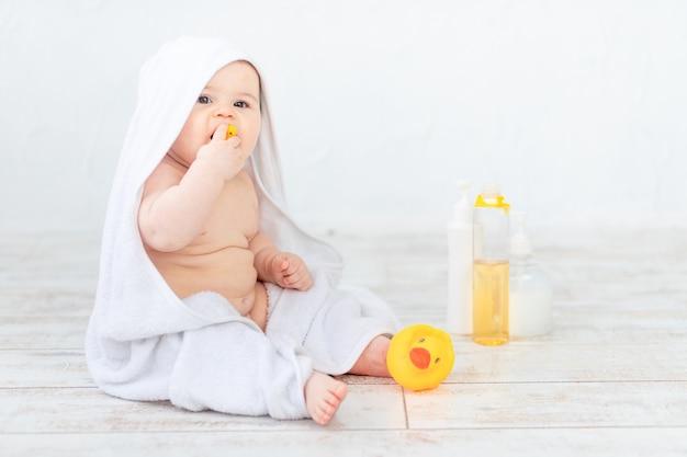 Portret van een baby in schuim, baden en hygiëne van de baby