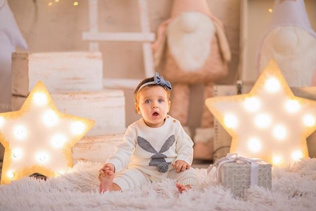 Portret van een babymeisje op een achtergrond van kerstmis