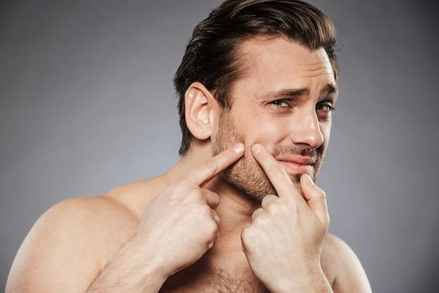 Portret van een bang shirtless man close-up