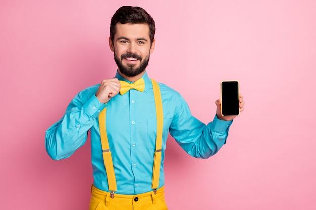 Portret van een bebaarde man die de lege ruimte van het telefoonscherm oplegt