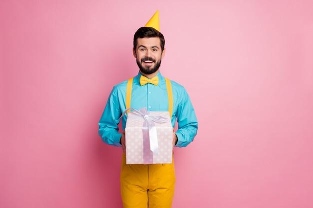 Portret van een bebaarde man die geschenkdoos levert