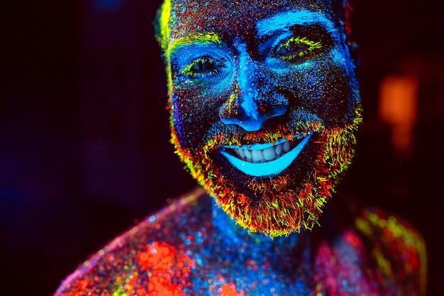 Portret van een bebaarde man geschilderd in fluorescerend poeder.