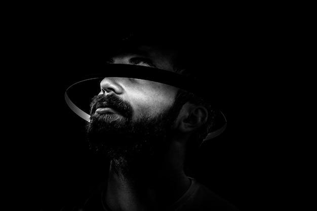 Portret van een bebaarde man met een lichte cirkel rond het hoofd