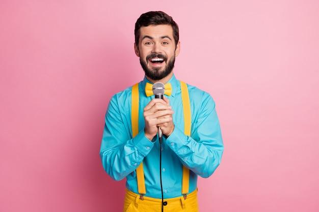 Portret van een bebaarde man zingen karaoke hold mic