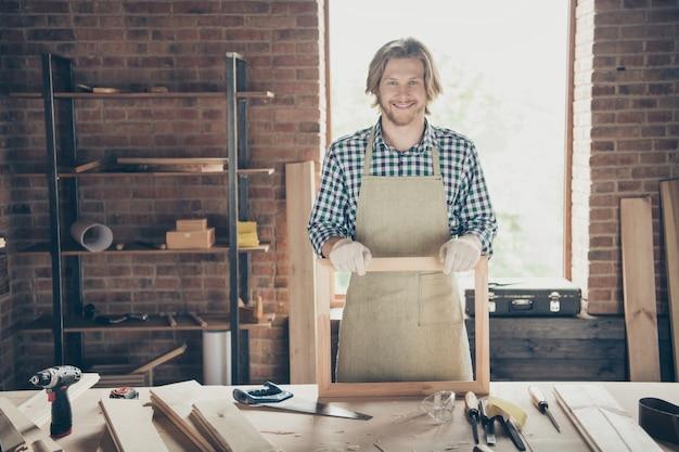 Portret van een bebaarde vakman poseren in zijn woodshop
