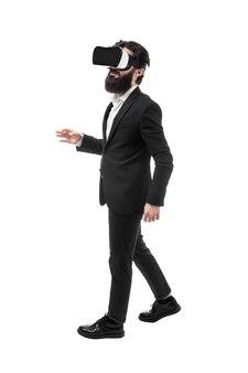 Portret van een bebaarde zakenman in virtual reality-bril, geïsoleerd op een witte achtergrond