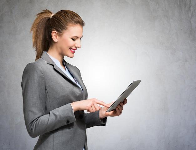 Portret van een bedrijfsvrouw die een digitale tablet gebruikt