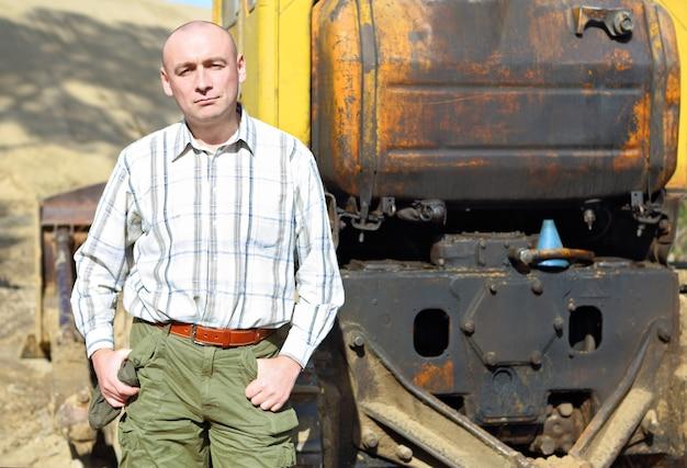 Portret van een bestuurder van bouwmachines