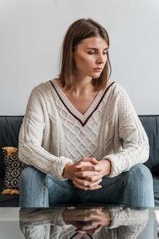 Portret van een bezorgde vrouw