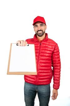 Portret van een bezorger die het klembord aan een cliënt geeft om tegen witte achtergrond te ondertekenen. levering en verzending concept.