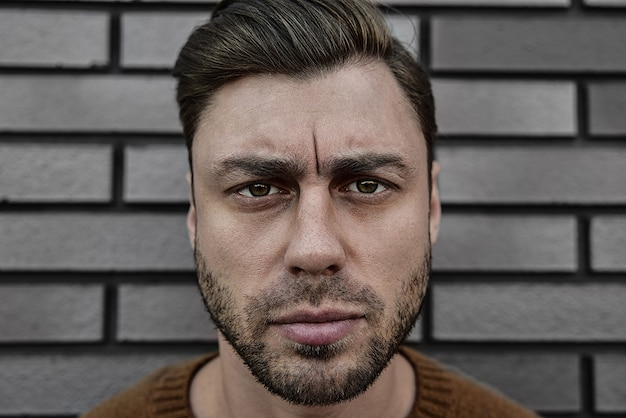 Portret van een blanke knappe man die ernstig fronst. emotioneel gezicht concept.