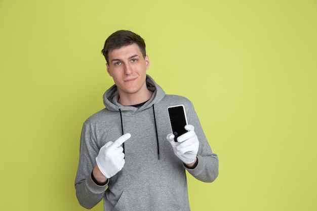 Portret van een blanke man geïsoleerd op groene muur