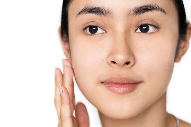 Portret van een blanke vrouw die haar dagelijkse huidverzorgingsroutine doet
