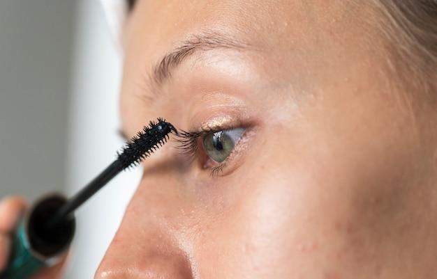 Portret van een blanke vrouw die haar dagelijkse make-uproutine doet