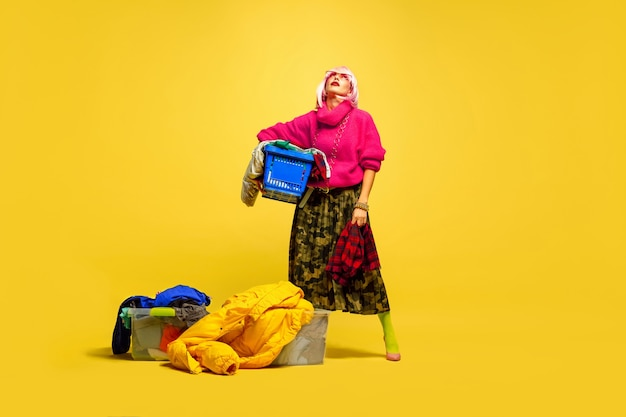 Portret van een blanke vrouw geïsoleerd op gele studio achtergrond, influencer zijn zoals